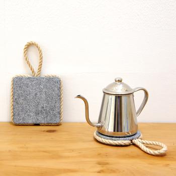 キャセロール鍋やポットを置くのにちょうど良い鍋しき。石と麻縄の組み合わせが、食卓やキッチンにほっこりとした空気をもたらしてくれそう。使わないときはかけておくこともでき、使い勝手も抜群。