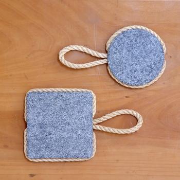 周りに麻縄がまかれているのは、使うときにテーブル面へ角が当たらないよう配慮されているため。見た目も使い勝手もやさしい鍋しきです。