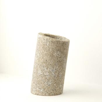 斜めにバランスを保っていながらしっかりと安定しているのは、石ならではの重さが活かされているから。キッチンツールの他に文房具などの収納にも役立ってくれます。