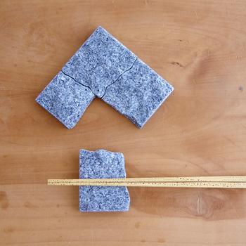 4つのピースが一体になる遊び心あふれる箸置きは、石の質感をそのまま活かし、見た目もナチュラル。仲良し4人家族へのプレゼントにも使えそう。