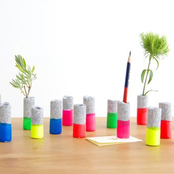 カラフルで目を引くこちらは、釣りをする際に水面に浮かべた浮きをモチーフにしたペン立て。鉛筆、ボールペンの他に、花や植物など、何色かそろえて並べるのも素敵。おうちのインテリアだけでなくオフィスにも使えそう。