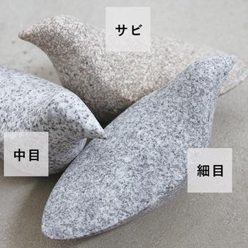 石の種類によって表情が異なり、細め、中目、サビの3種類があり、どれもとても魅力的。すべて揃えて並べてみたくなりそう。