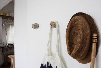 ボルダリングのクライミングホールドを思わせる自然石のフック。洋服、小物、バッグなどをスッキリと収納できるだけでなく、何も掛けていないときでもお部屋のナチュラルなアクセントとして、しっかり活躍してくれます。