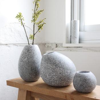 まっすぐに伸びたシンプルな一輪挿しの花器も素敵ですが、コロンと丸いフォルムが愛らしい石の花器もナチュラルな部屋に相応しく魅力的。画像左からMサイズ、Lサイズ、Sサイズと3種類あり、どれも欲しくなってしまいそう。