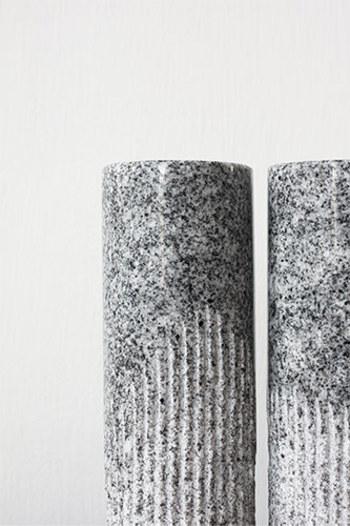 こちらの「DORIS」は、光沢が美しい磨きの面と、縦筋の面のコントラストが見事で、すっきりとしたシンプルなスタイルが植物の美しさをさらに引き立ててくれます。