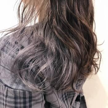 三つ編みの前に、髪の表面をコテで巻いてウェーブをかけておくとふんわりとボリューム感が出るのでおすすめです。