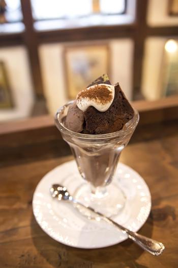 チョコレート専門店だけあり、バラエティ豊かなチョコメニューが並びます。チョコレートアイスの上に、濃厚なチョコパウンドケーキが乗った「ディアブルパフェ」が人気です。