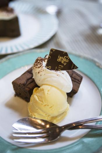 チョコのおいしさが凝縮されたブラウニーにアイスと生クリームが相性◎リッチな気分に浸れます。