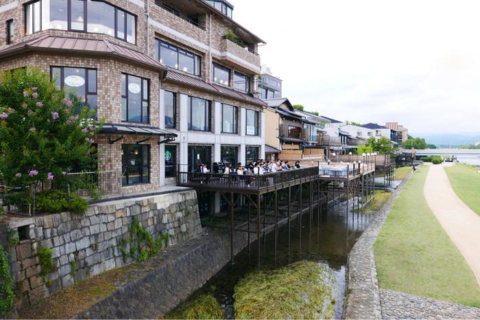 何と、夏の京都の風物詩のひとつである「川床(川に向かって張り出した座席)」が! 川床で気軽にコーヒーがいただけるというのも、斬新ですね。
