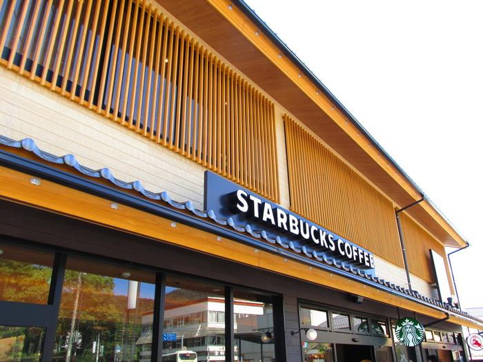 出雲大社駅から徒歩約6分。縁結びにご利益があるといわれる「島根県・出雲大社」の参道入口付近にあるお店とあって、和風の店構えです。