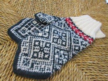 エストニア風の手袋。何色も使って編み込みをすると、美しい模様を作るだけでなく、糸が重なりとても暖かく仕上がります。
