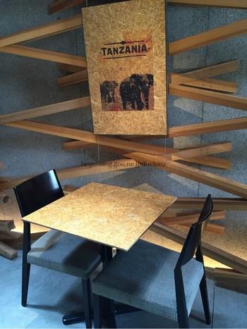 テーブルや壁に飾られたポスターも木が使われたものに。シックな雰囲気のインテリアです。