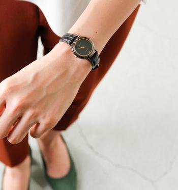 上品な細めのレザーベルトや、やや小ぶりのサイズも女性らしさを引き立てる、上質なおしゃれを極めた大人の腕時計です。