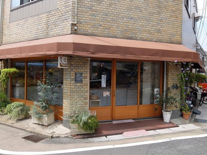 叡山電鉄「一乗寺駅」から徒歩1分のところにあるパン屋さん「ぱんのちはれ」。タイル張りの外観がちょっとレトロです。バラエティー豊かなパンが買えるお店です。
