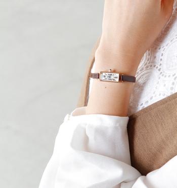 英文字を配した文字盤、深みのあるブルーが目を引くサファイヤのリューズ、レトロな香りに癒される腕時計です。