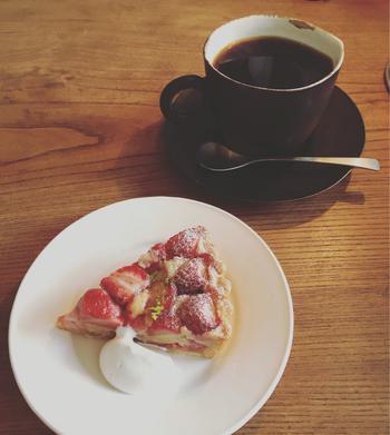 日によって異なる3種類の自家製の焼き菓子。丁寧に作られたほどよい甘さのケーキはコーヒーとの相性もばっちり。 ※写真は「苺の焼タルト」