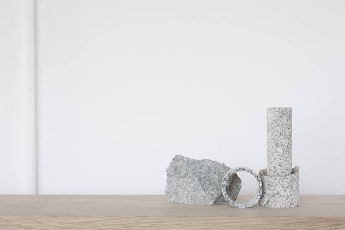 熟練の職人の技と器量、デザイナーの自由な発想から生み出される庵治石のアイテムの数々は、これまでの石製品のイメージを一新し、生活雑貨としても魅力がたっぷり。そしてどんなインテリアにも自然にとけ込んでくれます。