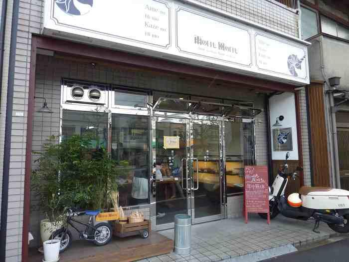 「雨の日も風の日も」は、京都市バス「建勲神社前」から徒歩2~3分のところにあります。入り口の前にはグリーンが飾られていておしゃれですね。スタイリッシュなロゴの看板が目印です。
