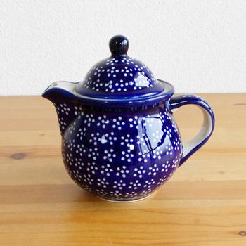 ころんとした形が可愛らしいポット。こちらは中に茶こしが付いていないので、洗いやすく、コーヒーポットとして使うこともできます。