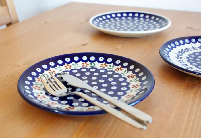 19.5cmのプレートは、おかずやお菓子をのせるのにぴったりのお皿。家族で柄違いを揃えると食卓が華やぎます*