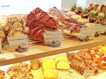 ハード系からお惣菜パンまで、種類豊富なラインナップが魅力。選ぶ楽しさもパン屋を訪れる醍醐味ですよね。