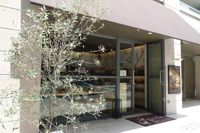 「あさ、ひる、ばん。まいにちのパン。」をコンセプトに、毎日飽きずに食べられるパンを提供する「ブーランジェリー グウ」。いつ来店しても売り場にいっぱいパンが並ぶよう、1日に150種類ものパンが提供されているんです。