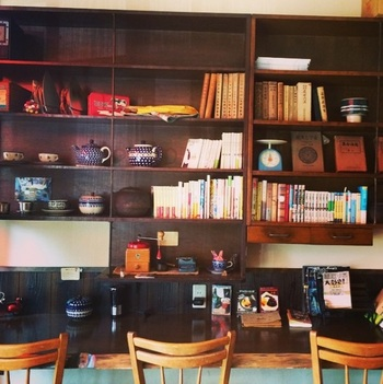 店内は、まるで時代を見守ってきたかのようなこっくりとした色合いの家具がおひとり様にも万全な配置で出迎えてくれるんです! 棚に飾られた雑貨などにも惹かれます。