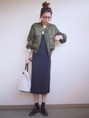 中になにを着ようか迷ってしまう秋冬のアウターの中身。ついついボーダーカットソーを着るという人は多いのでは。無印良品のカットソーはシンプルで肌触りも良いので、モコモコせずにスッキリ着られます。