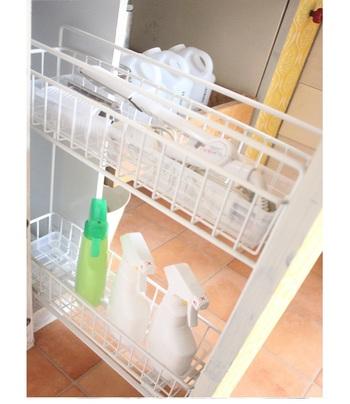 洗面スペースのネット引き出しは、意外に不安定。プラスティックケース(ダイソー)をセットしたら、中に置いたモノがぐらつかなくなったそう♪