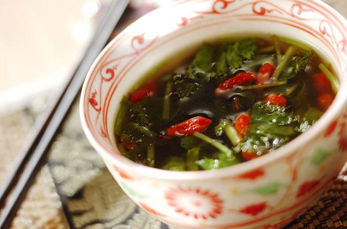 スープなど汁物に、クコの実をプラスするのもオススメ。こちらは三つ葉の緑色と、クコの実の赤色が鮮やかな中華スープです。