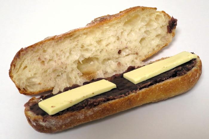 たっぷりの小倉餡とフレッシュバターをフランスパンにサンドした「あんバターフランス」は、甘さと塩加減が絶妙なバランスです。