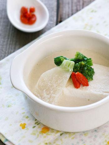 豆乳スープにもクコの実の赤色がよく映えます。ちょっと添えるだけなので料理の味を変えず、和風だしの豆乳スープにも合うのが魅力ですね。