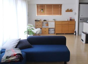 まったりくつろぎたいリビングのソファー。冬は日当たりの良い窓際に移動させて、ここちよく日向ぼっこしましょう。窓から入り込んだ光で、気持ちも明るく上向きに。