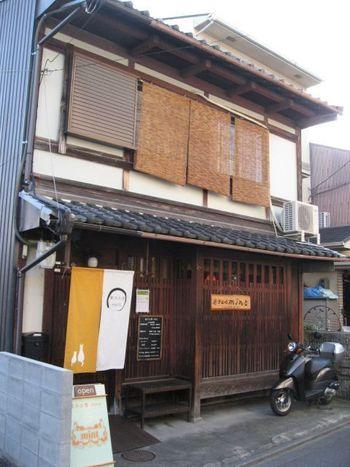 閑静な住宅街の中にある、京町家を改装した昔ながらの外観の「菓子工房mint」。京福電鉄「北野白梅町駅」から徒歩20分弱のところにあります。