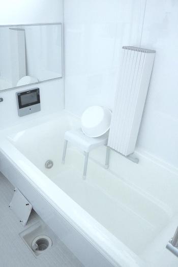 毎日の汗や汚れを洗い流すお風呂も汚れが溜まりやすい場所なので、用途にあった掃除方法で頑張りましょう。  ■使うもの・・クエン酸、重曹、専用洗剤、アルコールスプレースポンジ、歯ブラシなど ■汚れの種類・・水垢、湯垢、カビ、ヌメリ  ①天井は柄のついたブラシかフローリングシートにアルコールスプレーをつけて拭きます。カビも同様にシートにカビ取り洗剤をつけて、拭き取るようにします。 ②室内のカビは専用洗剤で消滅させます。一度でとれないものはラップでパックをしたり、重曹ペーストを塗るのも効果的です。クエン酸スプレーの上から重曹を重ねて発泡させる方法もあります。 ③水栓類は重曹を振りかけてスポンジで磨きあげます。