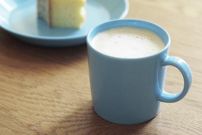 握りやすいハンドル、口当たりの良さ、飽きのこないシンプルなフォルムのマグカップ。カップ&ソーサーよりも深めなので、ふんわり泡立てたカフェラテも美味しそう♪