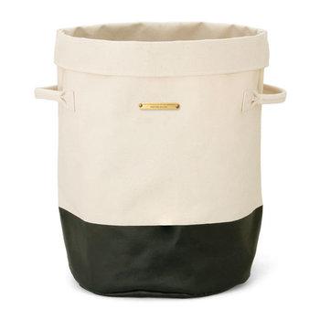 大き目の筒型バスケットは、リビングで出しっぱなしになりがちのブランケットなど布類を一気に入れるのに便利。使いやすいからといって何でも入れ過ぎないようにご注意を…♪