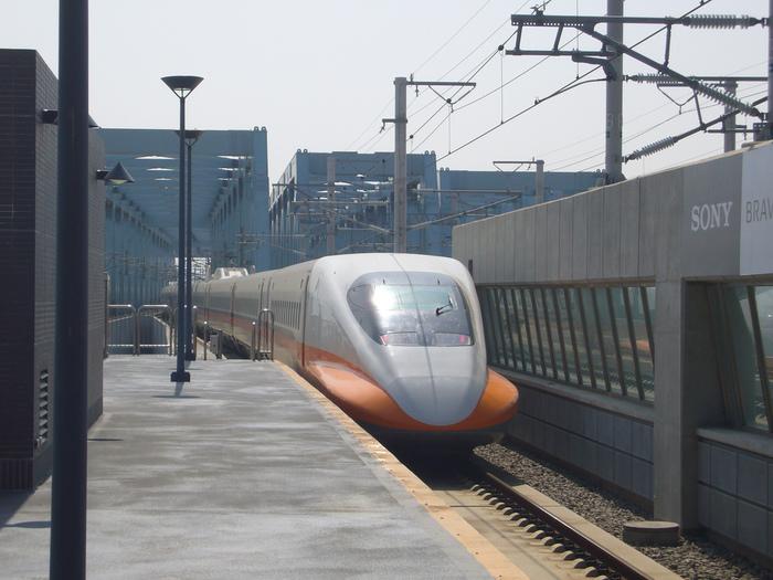 台南へ行くには、台湾桃園国際空港から「台湾高鐵」と呼ばれる新幹線を利用するのが便利です。空港からシャトルバスで高鐵桃園站(駅)へ向かい、新幹線に乗車すると約1時間30分で台南に到着します。