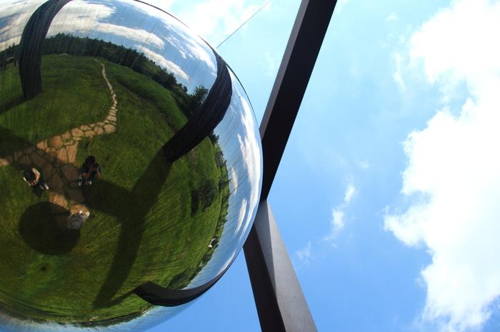 ほら、こんな感じで、空の中に自分と地面の緑を見ることができる体験型のアート作品は、つい時間を忘れて空を見つめてしまいそう。