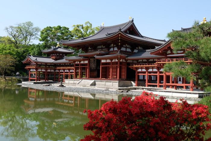 【「浄土庭園」を代表する『平等院庭園』。鳳凰堂と浄土式庭園は、西方極楽浄土と阿弥陀の浦井を観想するために建造、造園されたものです。この庭園は、宇治川の清流、周囲の山並みを取り込んだ「借景庭園」でもあります。阿字池の中島に建つ鳳凰堂(阿弥陀堂)が水面に映る有様は、極楽浄土に浮かぶ宮殿です。】