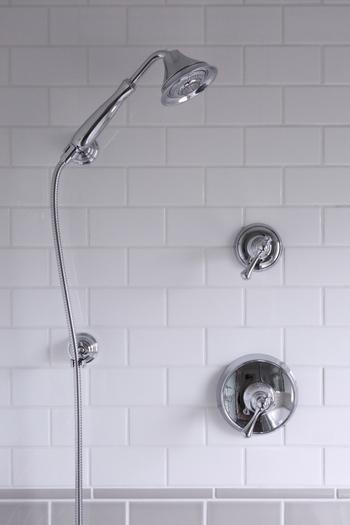 ④落ちない汚れ、皮脂汚れなどはセスキ水でスプレーして磨きます。 ⑤鏡の水垢はアルカリ性の汚れが多いのでクエン酸や酢のスプレーで拭きます。ラップでパックをするのも効果的です。 ⑥排水溝には重曹を排水溝が隠れるぐらい振りかけ、その上からクエン酸水をスプレーします。30分ほど放置すると発泡して汚れが浮き上がってくるのでお湯で流します。 ⑦シャワーはクエン酸水に漬け込みます。カビがある場合は重曹も入れ、ブラシで磨くと汚れがすっきり落ちます。  ※材質によって使用できないものもあるので事前に確認をしてご使用ください。