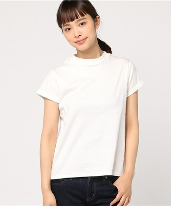 ピタっとしたサイズ感のTシャツで、ボーイッシュな中にもキュートさを。映画『勝手にしやがれ』では、ハイネックのTシャツをサブリナパンツに合わせれば、シンプルなカジュアルコーデの完成です。