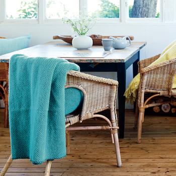 【ドミノ】 フリンジのないデザインで、すっきりとした印象。 大判なので、椅子やソファはもちろん、ベッドにも広げられますよ。