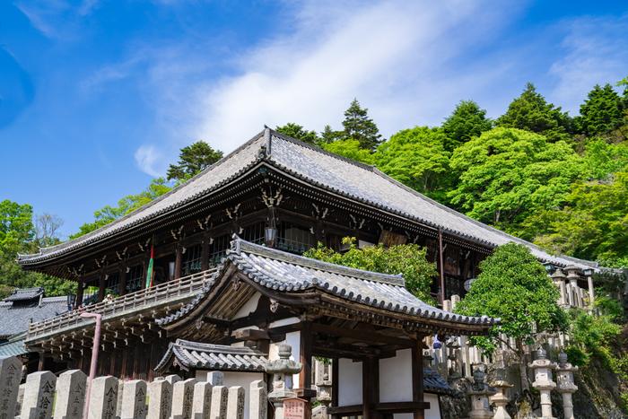 国宝に指定されている東大寺二月堂は、8世紀に創建された建造物です。二月堂本尊である二体の十一面観音像(大観音、小観音)は、何人たりとも閲覧できない秘仏です。