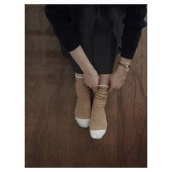 ラムウールで作られた靴下は、柔らかく温かな一枚。保湿性にも優れていて、寒い季節のプレゼントにもぴったりな靴下です。2サイズ展開なので、男性女性問わず愛用いただけます。ペアで履けるのも嬉しいですね。