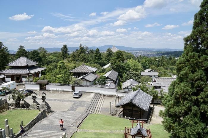 二月堂からは、奈良盆地を一望することができます。高台から臨む奈良盆地の眺望は格別です。