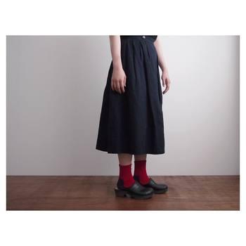 「KARMAN LINE」の定番として人気の高い、綿コーマで編みあげた靴下。爪先と踵部分に使用したギザ綿は、光沢感と優しい肌触りを持つ点が大きな特徴です。
