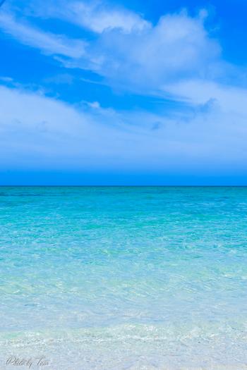 沖縄県恩納村、真栄田(まえだ)岬。ダイビングやシュノーケリングで人気のこのエリアにも、「青の洞窟」が存在します。