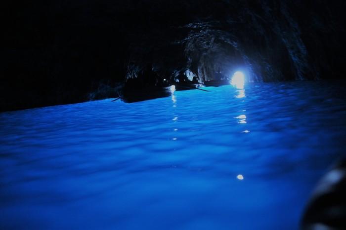 「青の洞窟」といえば多くの人が思い浮かべるのはイタリア・カプリ島。暗い洞窟内に差し込む光が、海面を青く輝かせる光景は感動的。古くはローマ帝国の皇帝が訪れたこともあるとされ、文学作品にも綴られています。