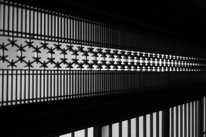 格子から降り注ぐ光と風の美術館。心ときめく「RANMA(欄間)」のある暮らし